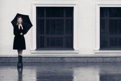 Ευτυχής νέα γυναίκα μόδας με την ομπρέλα που περπατά στην οδό πόλεων στοκ φωτογραφίες με δικαίωμα ελεύθερης χρήσης