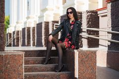 Ευτυχής νέα γυναίκα μόδας στο σακάκι και τα γυαλιά ηλίου δέρματος στοκ φωτογραφίες με δικαίωμα ελεύθερης χρήσης