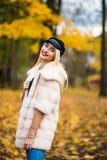 Ευτυχής νέα γυναίκα ομορφιάς στο πάρκο την ηλιόλουστη ημέρα φθινοπώρου στοκ φωτογραφία με δικαίωμα ελεύθερης χρήσης