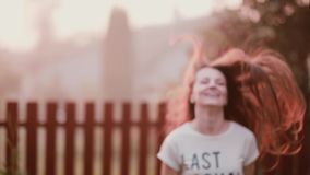 Ευτυχής νέα γυναίκα που απολαμβάνει τη φύση, που γυρίζει, έχοντας τη διασκέδαση, χαμόγελο, άλμα της χαράς Κυματισμοί γυναικείας s φιλμ μικρού μήκους