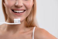 Ευτυχής νέα γυναίκα που βουρτσίζει τα δόντια της Στοκ εικόνες με δικαίωμα ελεύθερης χρήσης