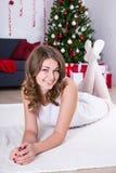 Ευτυχής νέα γυναίκα που βρίσκεται κοντά στο διακοσμημένο χριστουγεννιάτικο δέντρο Στοκ φωτογραφίες με δικαίωμα ελεύθερης χρήσης