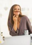 Ευτυχής νέα γυναίκα που κάνει mustache με την τρίχα Στοκ Εικόνα