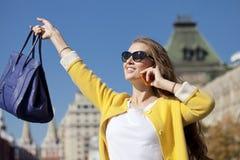 Ευτυχής νέα γυναίκα που καλεί τηλεφωνικώς Στοκ Φωτογραφία