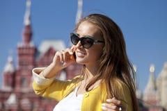 Ευτυχής νέα γυναίκα που καλεί τηλεφωνικώς Στοκ φωτογραφίες με δικαίωμα ελεύθερης χρήσης