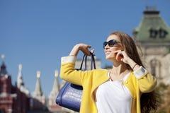 Ευτυχής νέα γυναίκα που καλεί τηλεφωνικώς Στοκ φωτογραφία με δικαίωμα ελεύθερης χρήσης