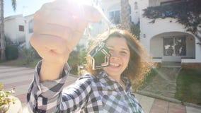 Ευτυχής νέα γυναίκα που κινείται στο νέο σπίτι Παρουσίαση κλειδιών της νέας ιδιοκτησίας απόθεμα βίντεο