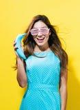 Ευτυχής νέα γυναίκα που κρατά μια χρωματισμένη μπανάνα Στοκ φωτογραφίες με δικαίωμα ελεύθερης χρήσης
