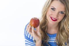 Ευτυχής νέα γυναίκα που κρατά την κόκκινη Apple Στοκ Φωτογραφία