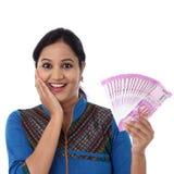 Ευτυχής νέα γυναίκα που κρατά τις ινδικές σημειώσεις ρουπίων του 2000 Στοκ Εικόνες