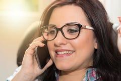Ευτυχής νέα γυναίκα που μιλά στο τηλέφωνο της Mobil, ελαφριά επίδραση Στοκ Εικόνες