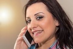 Ευτυχής νέα γυναίκα που μιλά στο τηλέφωνο της Mobil, ελαφριά επίδραση Στοκ φωτογραφία με δικαίωμα ελεύθερης χρήσης