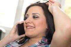 Ευτυχής νέα γυναίκα που μιλά στο τηλέφωνο της Mobil Στοκ φωτογραφία με δικαίωμα ελεύθερης χρήσης