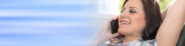 Ευτυχής νέα γυναίκα που μιλά στο τηλέφωνο της Mobil Στοκ εικόνα με δικαίωμα ελεύθερης χρήσης