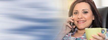 Ευτυχής νέα γυναίκα που μιλά στο τηλέφωνο της Mobil Στοκ φωτογραφίες με δικαίωμα ελεύθερης χρήσης