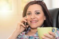 Ευτυχής νέα γυναίκα που μιλά στο τηλέφωνο της Mobil, ελαφριά επίδραση Στοκ φωτογραφίες με δικαίωμα ελεύθερης χρήσης