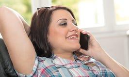 Ευτυχής νέα γυναίκα που μιλά στο τηλέφωνο της Mobil Στοκ Εικόνες