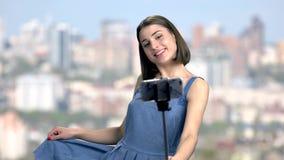 Ευτυχής νέα γυναίκα που παίρνει ένα selfie φιλμ μικρού μήκους