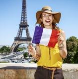 Ευτυχής νέα γυναίκα που παρουσιάζει γαλλική σημαία στο Παρίσι, Γαλλία Στοκ εικόνες με δικαίωμα ελεύθερης χρήσης