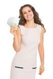 Ευτυχής νέα γυναίκα που παρουσιάζει ευρώ στοκ φωτογραφίες