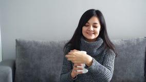 Ευτυχής νέα γυναίκα που παρουσιάζει τα φάρμακα ή βιταμίνες από την πλαστική συσκευασία φιλμ μικρού μήκους