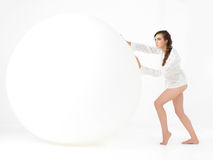 Ευτυχής νέα γυναίκα που πηδά με το μπαλόνι στοκ εικόνα