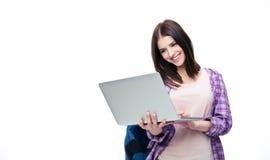 Ευτυχής νέα γυναίκα που στέκεται με το lap-top Στοκ Φωτογραφία