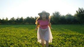Ευτυχής νέα γυναίκα που τρέχει στο λιβάδι μια ηλιόλουστη ημέρα φθινοπώρου φιλμ μικρού μήκους