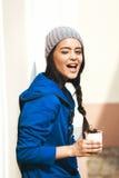 Ευτυχής νέα γυναίκα που τρώει το κεράσι Στοκ Φωτογραφίες