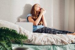 Ευτυχής νέα γυναίκα που φιλά την λίγος σκαντζόχοιρος Στοκ εικόνες με δικαίωμα ελεύθερης χρήσης