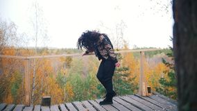Ευτυχής νέα γυναίκα που χορεύει στην πλατφόρμα ελκυστική χτένα ανασκόπησης που πετά τις γκρίζες γυναικείες νεολαίες τριχώματος Δά φιλμ μικρού μήκους
