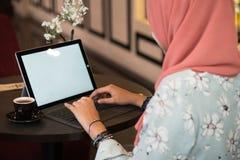 Ευτυχής νέα γυναίκα που χρησιμοποιεί τον υπολογιστή ταμπλετών Στοκ Εικόνα