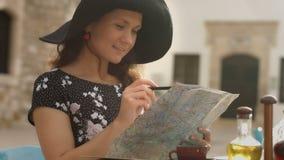 Ευτυχής νέα γυναίκα που ψάχνει τις ενδιαφέρουσες θέσεις που βλέπουν, σημειώσεις γραψίματος για το χάρτη απόθεμα βίντεο