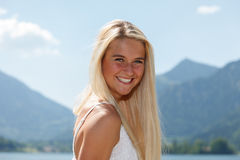 Ευτυχής νέα γυναίκα σε μια λίμνη στα βουνά Στοκ φωτογραφίες με δικαίωμα ελεύθερης χρήσης