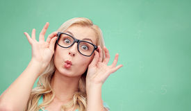 Ευτυχής νέα γυναίκα στα γυαλιά που κάνει το πρόσωπο ψαριών Στοκ Φωτογραφία