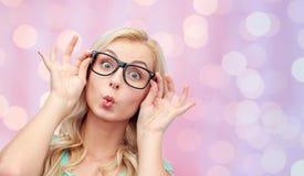 Ευτυχής νέα γυναίκα στα γυαλιά που κάνει το πρόσωπο ψαριών Στοκ φωτογραφίες με δικαίωμα ελεύθερης χρήσης