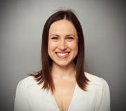 Ευτυχής νέα γυναίκα στην άσπρη μπλούζα στοκ φωτογραφίες με δικαίωμα ελεύθερης χρήσης