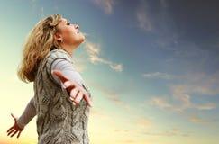 Ευτυχής νέα γυναίκα στην όψη ουρανού φθινοπώρου Στοκ Φωτογραφία