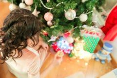 Ευτυχής νέα γυναίκα στη Παραμονή Χριστουγέννων κοντά εορταστικό fir-tree στοκ εικόνες με δικαίωμα ελεύθερης χρήσης