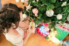 Ευτυχής νέα γυναίκα στη Παραμονή Χριστουγέννων κοντά εορταστικό fir-tree στοκ εικόνα με δικαίωμα ελεύθερης χρήσης