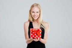 Ευτυχής νέα γυναίκα στο μαύρο κιβώτιο δώρων εκμετάλλευσης φορεμάτων Στοκ φωτογραφίες με δικαίωμα ελεύθερης χρήσης