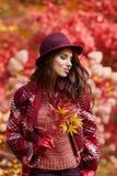 Ευτυχής νέα γυναίκα στο πάρκο την ηλιόλουστη ημέρα φθινοπώρου Εύθυμο beautifu Στοκ εικόνα με δικαίωμα ελεύθερης χρήσης
