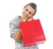 Ευτυχής νέα γυναίκα στο πουλόβερ με την κόκκινη τσάντα αγορών Χριστουγέννων Στοκ Εικόνες