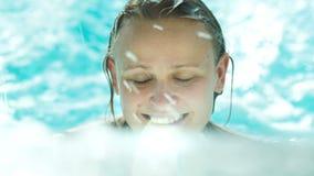 Ευτυχής νέα γυναίκα στο σαφές μπλε νερό φιλμ μικρού μήκους