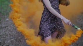 Ευτυχής νέα γυναίκα στο σκοτεινό φόρεμα με τη floral τυπωμένη ύλη φιλμ μικρού μήκους