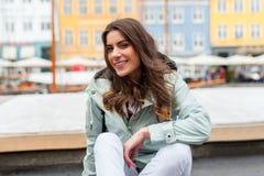 Ευτυχής νέα γυναίκα τουριστών με το σακίδιο πλάτης στην Κοπεγχάγη στοκ εικόνες