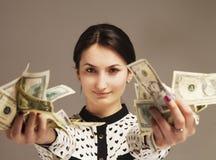 Ευτυχής νέα επιτυχής επιχειρησιακή γυναίκα με το διαθέσιμο πλούτο χεριών χρημάτων Στοκ εικόνα με δικαίωμα ελεύθερης χρήσης
