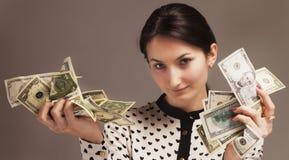 Ευτυχής νέα επιτυχής επιχειρησιακή γυναίκα με το διαθέσιμο πλούτο χεριών χρημάτων Στοκ Εικόνα