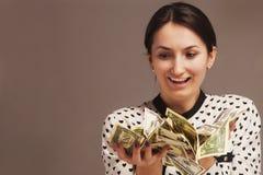 Ευτυχής νέα επιτυχής επιχειρησιακή γυναίκα με το διαθέσιμο πλούτο χεριών χρημάτων Στοκ φωτογραφία με δικαίωμα ελεύθερης χρήσης