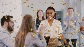 Ευτυχής νέα επιτυχία εορτασμού αφροαμερικάνων θηλυκή κύρια με τη multieth φιλμ μικρού μήκους